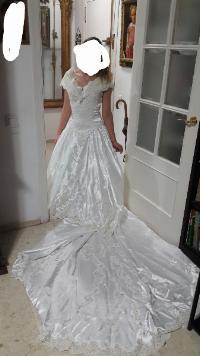 Vestido novia escote barco ,pedrería con cola