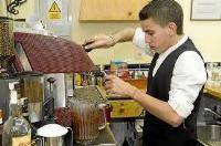 Se buscan camareros, cocineros y ayudantes