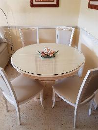 Conjunto de mesa y sillas para salón.