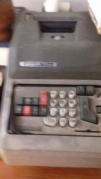 Maquina sumadora antigua