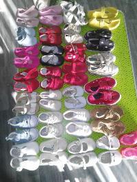 28 pares de zapatos bebés