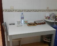 Mesa y tres sillas de cocina