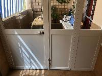 Puerta grande de aluminio blanca