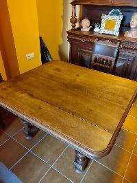 Mesa extencible maciza y 6 sillas cuero