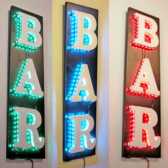 Cartel rotulo de madera con letras BAR iluminadas