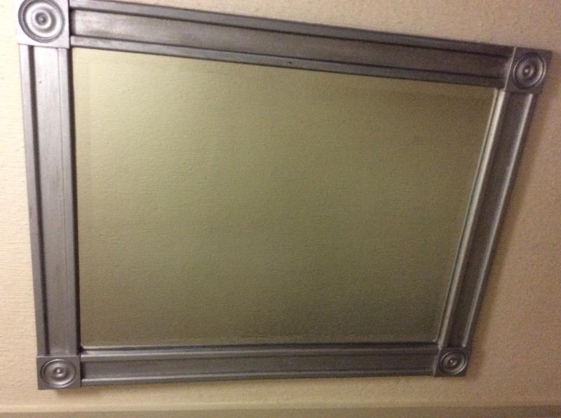 Espejo realizado a mano, con marco de madera pintado - Cambalache