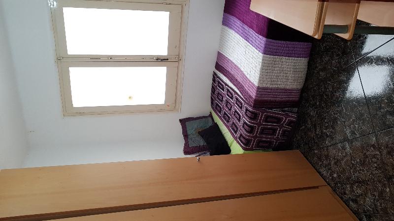 Alquilo una habitación para una persona con trabajo