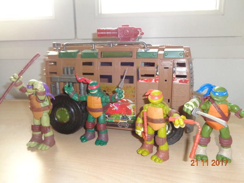 furgoneta de las tortugas ninja y 4 muñecos, prácticamente