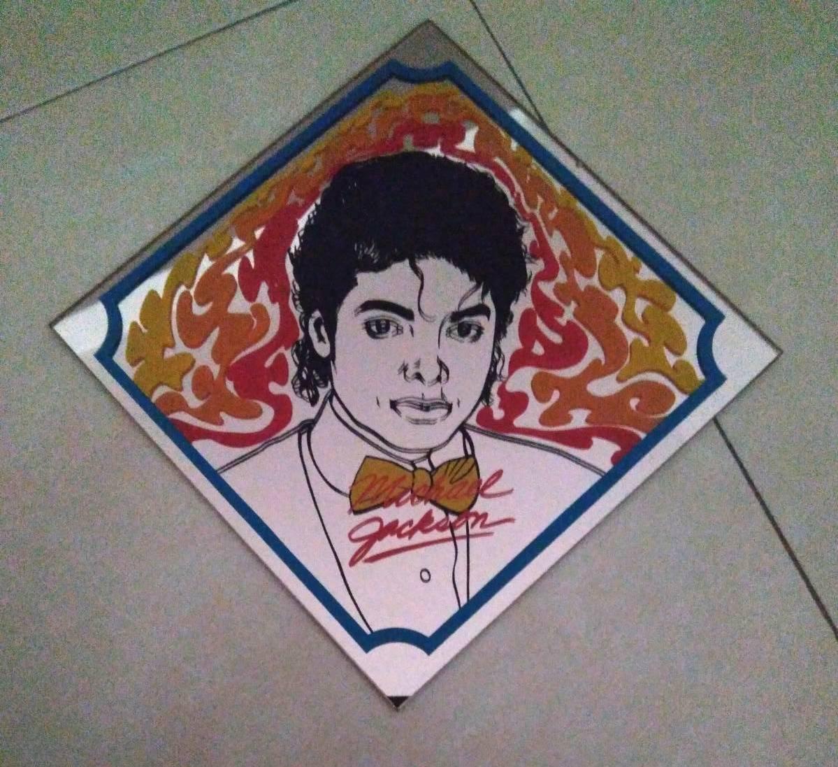 Cuadro espejo triangular Michael Jackson con pajarita