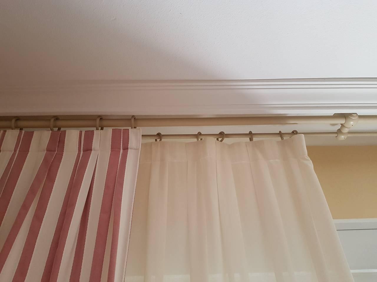 Barras de madera para cortinas de salón.  - Foto 1