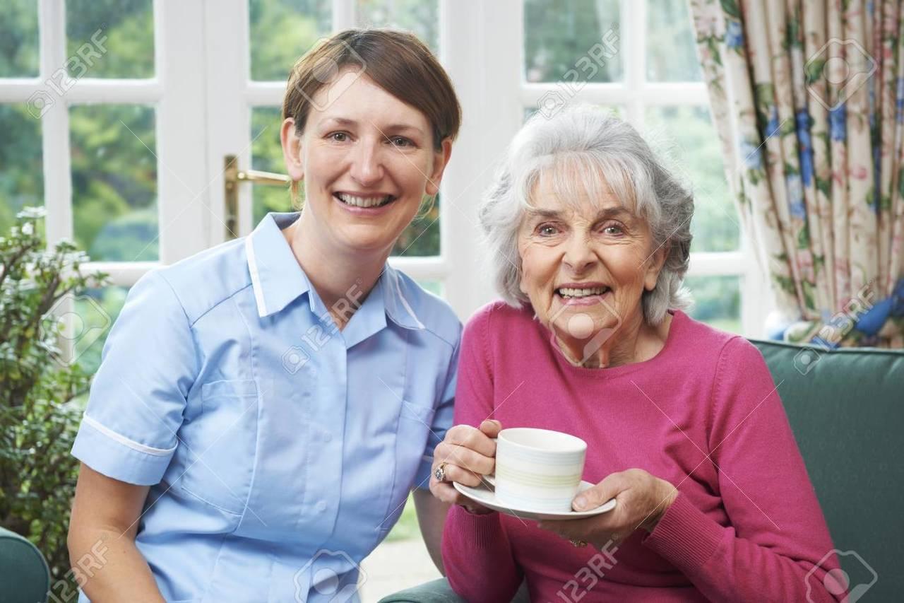 Mujer mediana edad cuida a personas mayores.  - Foto 1