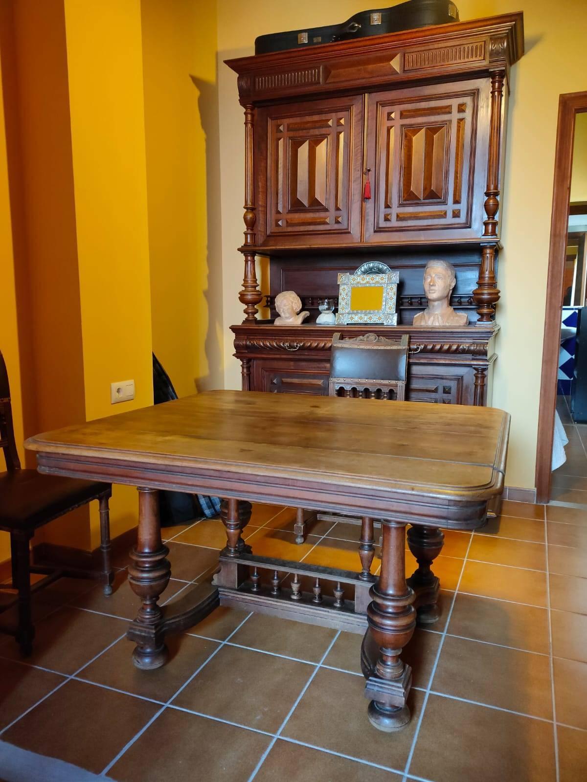 Mesa extencible maciza y 6 sillas cuero  - Foto 2